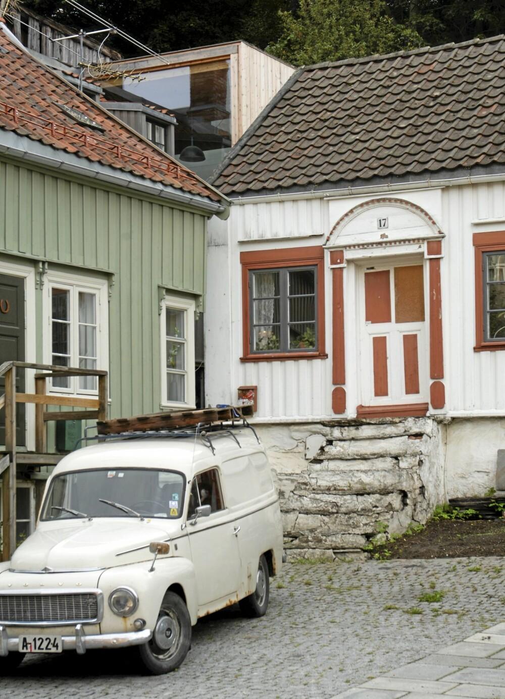 FREIDIG SAMSPILL: Det hvite Kokhuset ligger helt foran og det moderne tilbygget med ubehandlet malmfurupanel inne i bakgården. I den siste tiden har både Kokhuset og trappen mot gaten gjennomgått en omfattende og faglig presis rehablitering til opprinnelig stil.