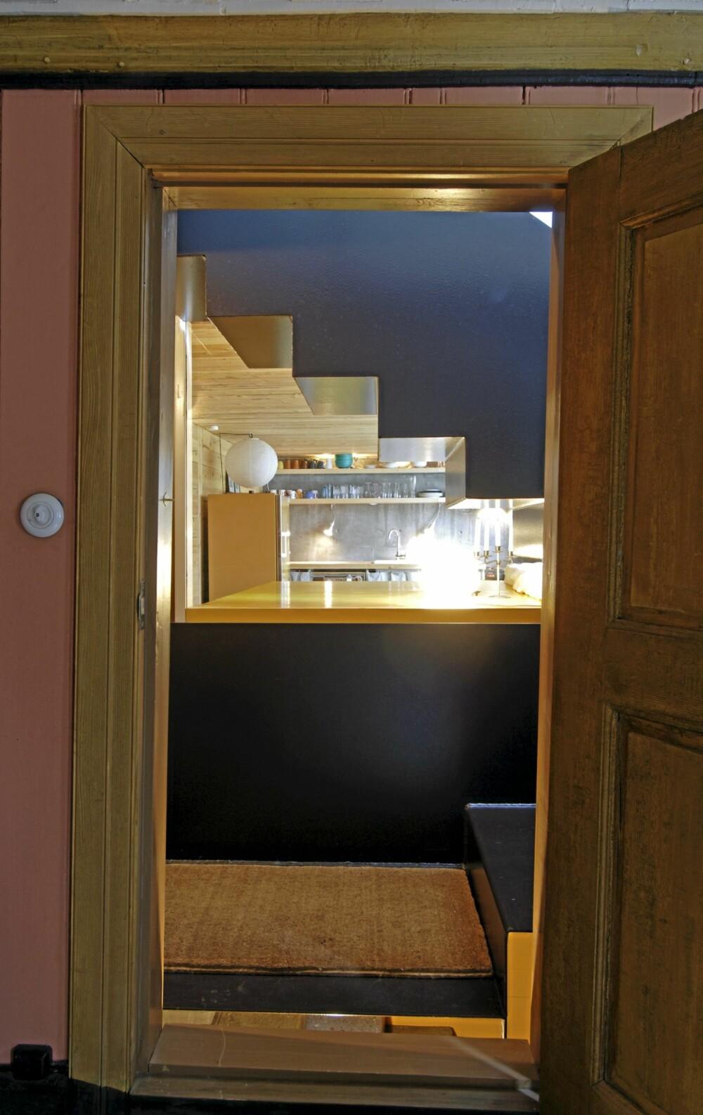 KULE KONTRASTER: Fra nabohuset datert 1850 ser vi et glimt av allrommet under den  nye trappen. Knallgul soveplass.