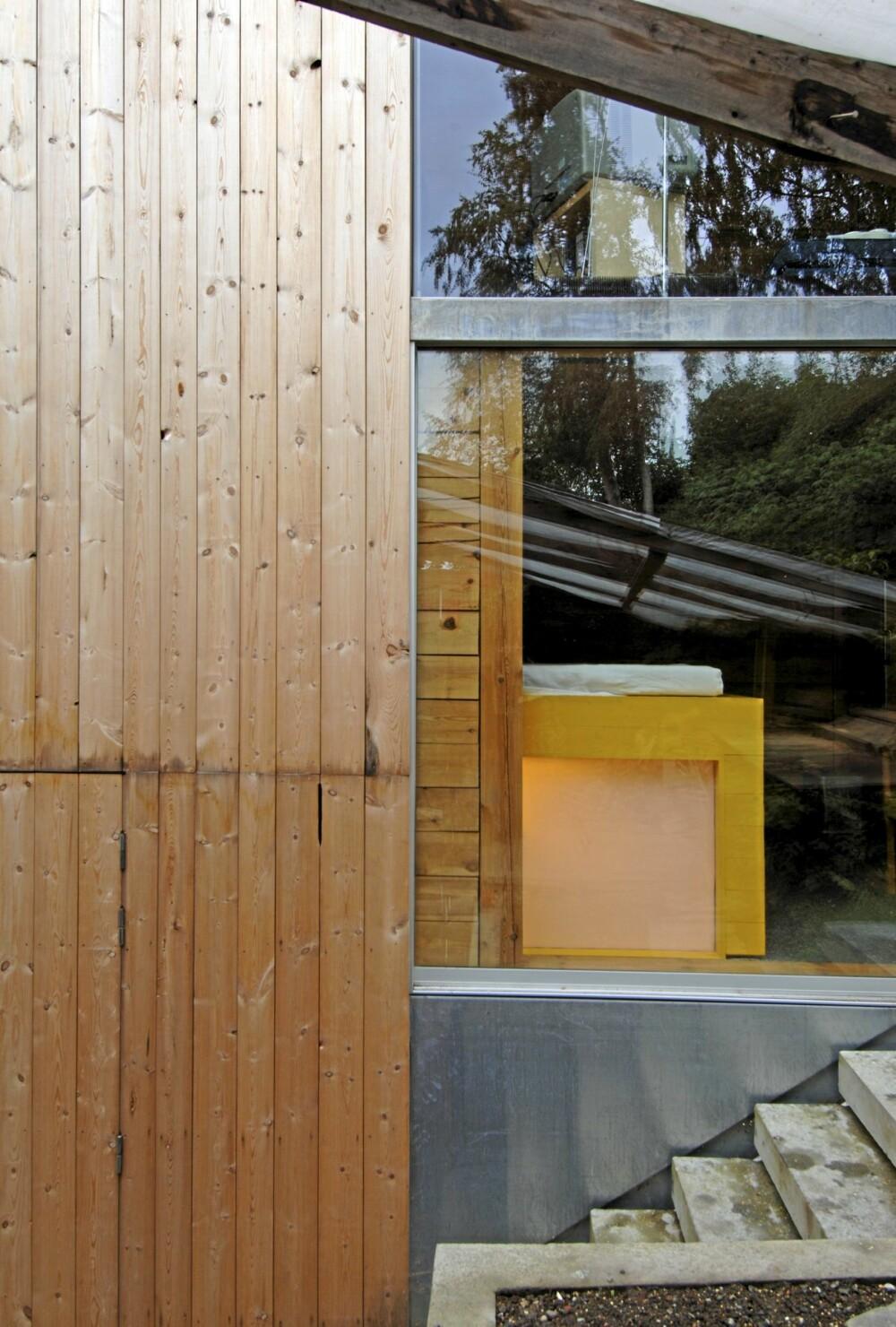 SPENSTIG ARKITEKTUR: Terrengtrappen leder til terrassen som ligger mot skrenten bak huset. Her ser vi også allrommet og en flik av det knallgule soverommet. Under det skjermer matte glass badet for innsyn. Ubehandlet furupanel.