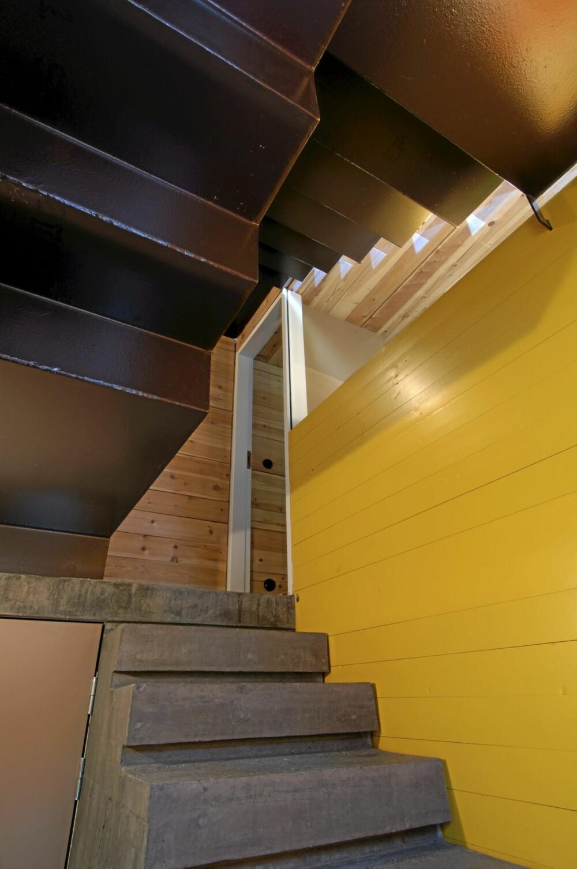 EN OPPTUR: Trappen i det nye trapperommet er en opplevelse. Øverste del av av den selvbærende trappen er laget av tre stålplate- seksjoner. De ble løftet inn og montert på stedet.