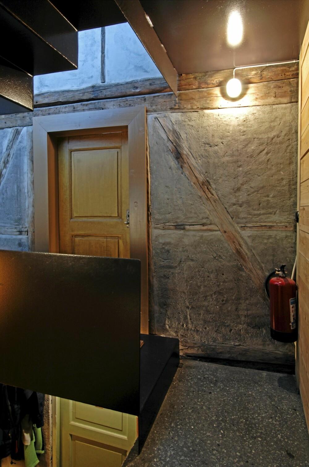 BINDINGSVERK MOT NY BETONG: Fra det nye trapperommet i tilbygget ser vi over til nabohuset som er reist i bindingsverk.