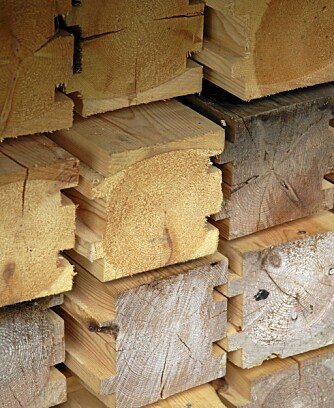 TØMMER TIL BYGGESYSTEM: Arkitekten fikk laget tømmeret til sleppveggen sin hos Materialbanken på Røros.