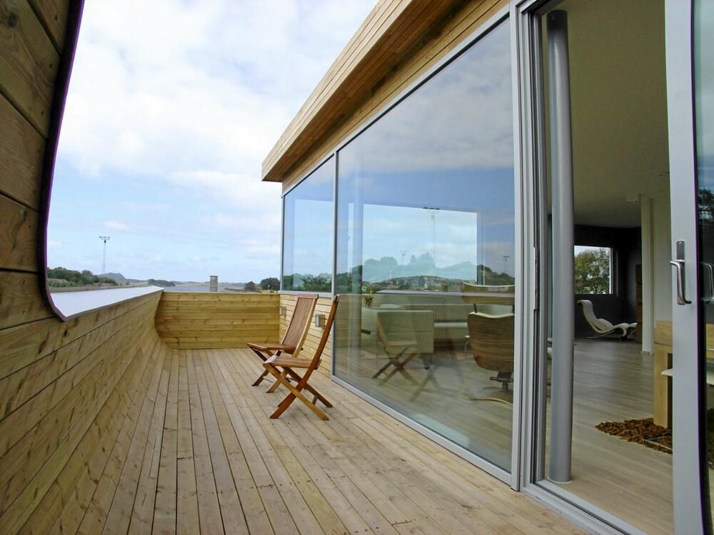 EIK PRYDER BÅDE UTE OG INNE:  Se hvordan panelet i eik flyter fra stuen og ut på terrassen.