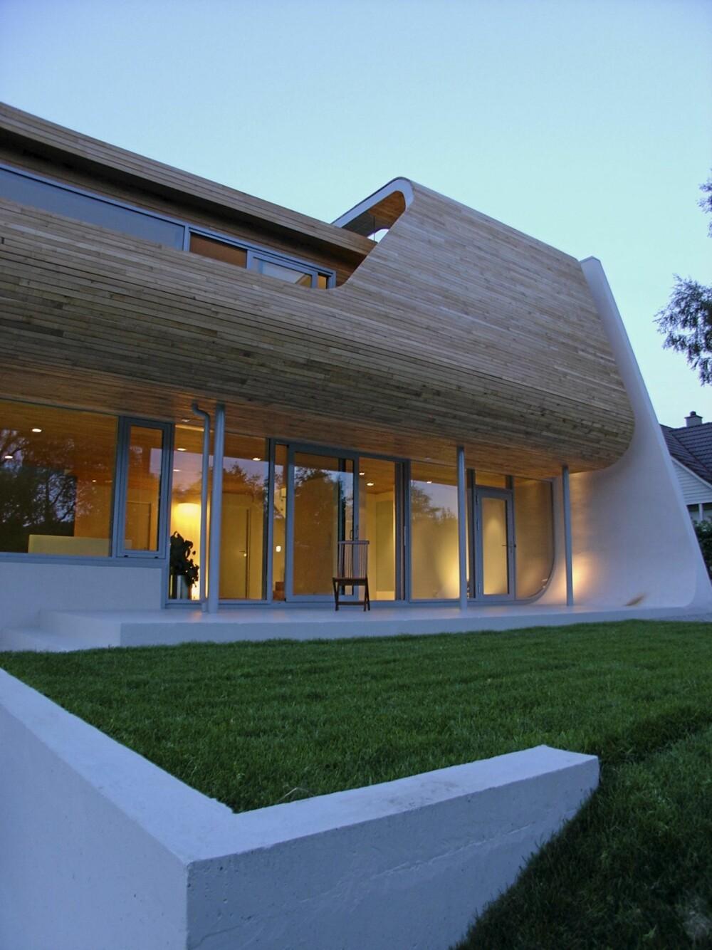 ET LYSENDE OBJEKT I HAGEN: På kvelden gløder Villa Hellearmen som en lampe.