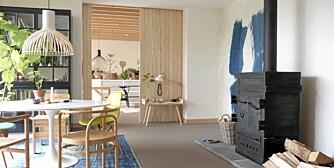 LUFTIG: Den gjennomgående bruken av furu kombinert med hvitt gir boligen et luftig uttrykk.