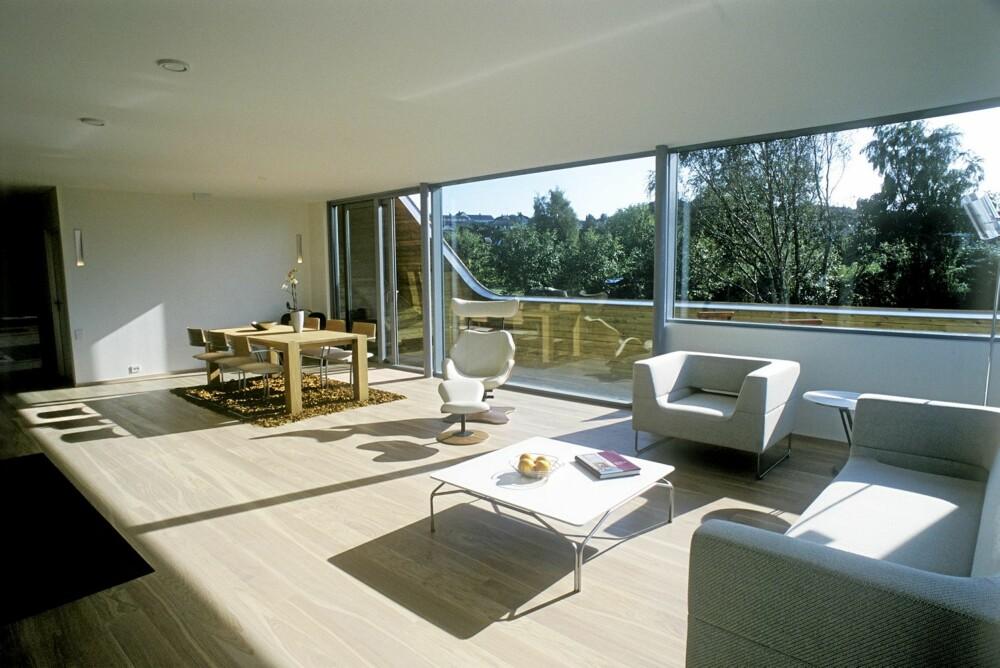 MODERNISTISK: Den lyse, lette stilen går som en rød tråd gjennom hele huset. Vinduene går som lange bånd i begge etasjer.