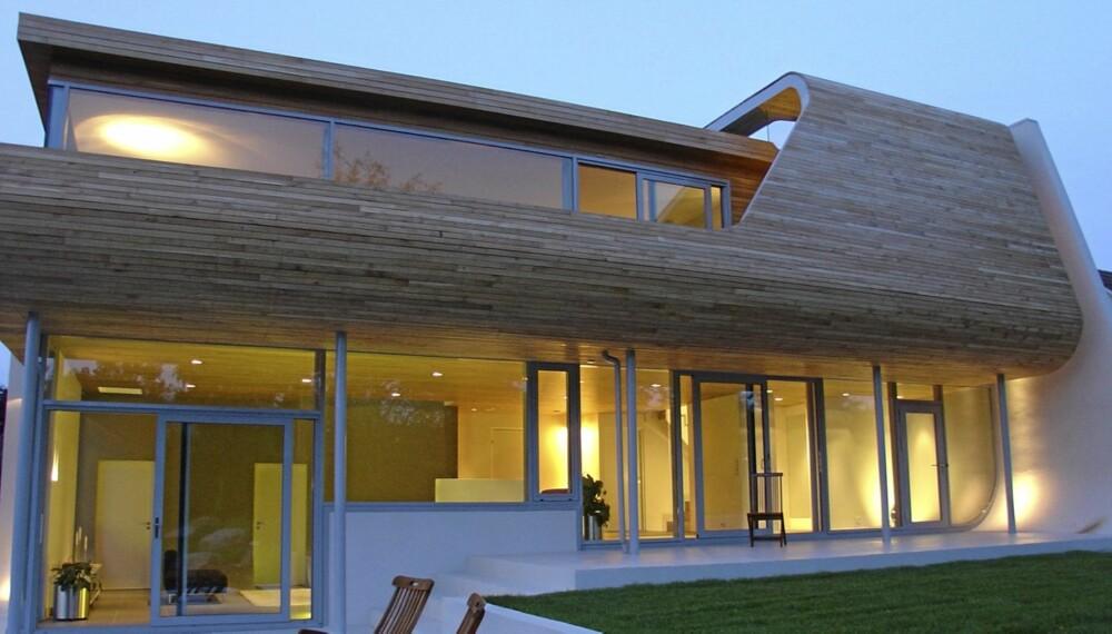 FUTURISTISK PÅ SOLA: Den oppsiktsvekkende Villa Hellearmen  har stuer i begge etasjer. Fra både disse og de svungne verandane utenfor er det vidstrakt utsyn. Huset bygget i Leca og kledd med panel i eik.