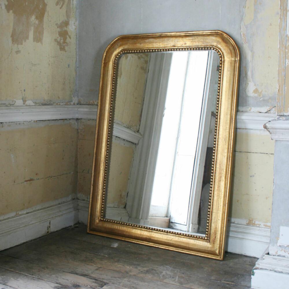 LILLE SPEIL: Speil reflekterer lyset og vil derfor få rommet til å virke både dypere og lysere.