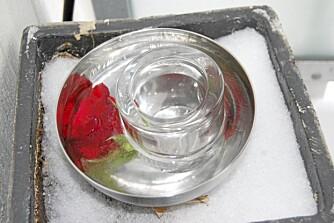 TELYSLYKT. Bruker du mindre boller får du en dekorativ telysholder. Her er det satt i en solid telysholder i glass som lager åpningen til telyset. Pass på at boller og kar tåler minusgrader.