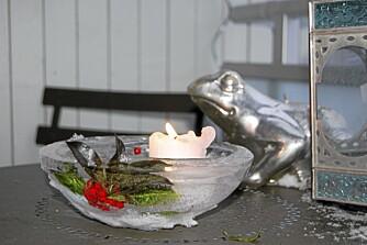 LYSER OPP. Denne lykten fikk rognebær som dekor og ønsker velkommen til julegjestene. Bruk kubbelys eller telys.