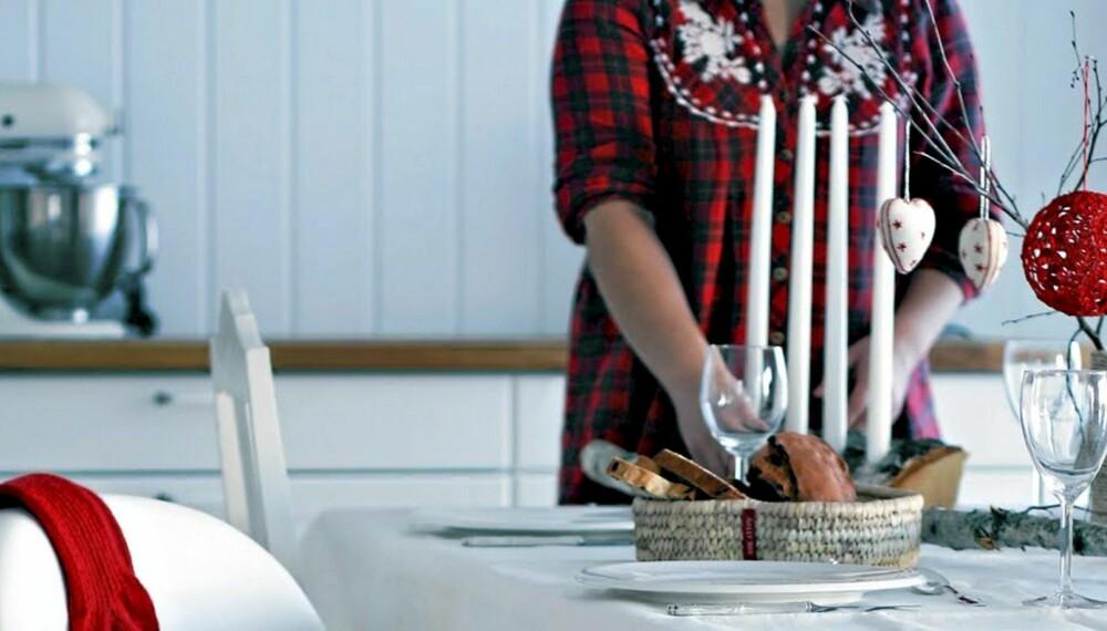 RØDT: Du trodde kanskje det var mest trendy med blått, sølv og hvitt? Neida, rødt er fortsatt med i huset når det pyntes til jul.