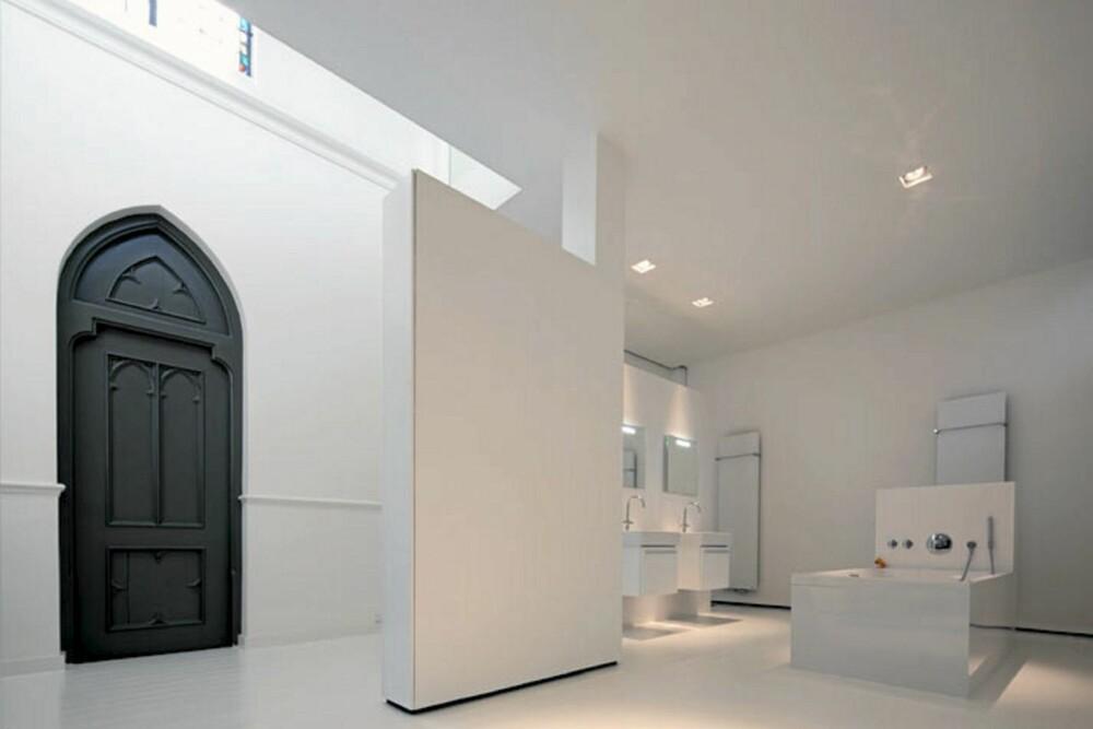 REN SAMVITTIGHET: Badet er mer designerhotell enn gammel kirke!