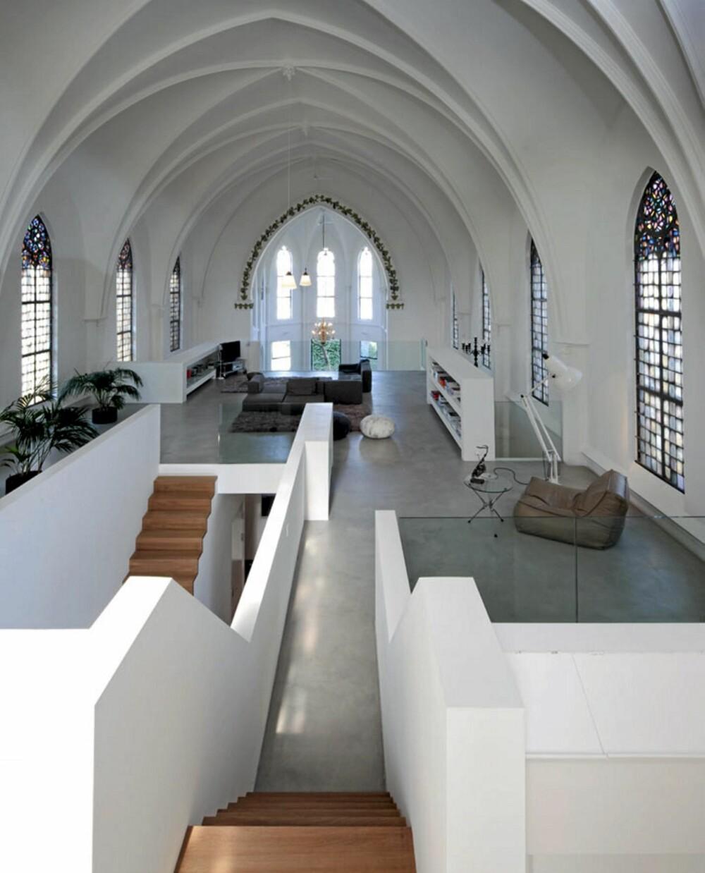 OPP EN TRAPP: Ved hjelp av en messanin har man skapt nivåer inne i kirkerommet.
