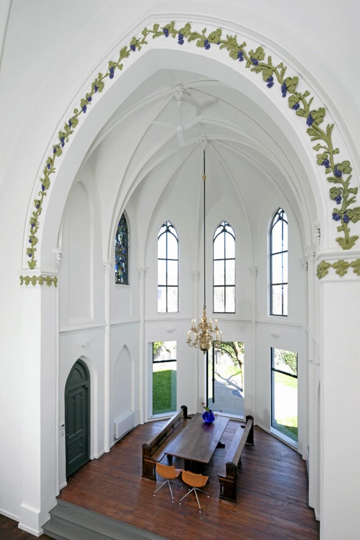 HØYTID OG MÅLTID: Arkitektene har benyttet gamle kirkebenker som sitteplasser rundt spisebordet.