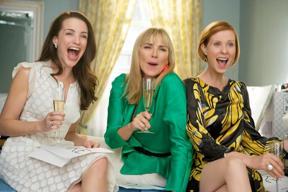 SOVEROMMET: Det manglet ikke på glade scener fra Carries leilighet. Her hjelper sjampanjedrikkende Charlotte, Samantha og Miranda Carrie med å rydde i garderoben.