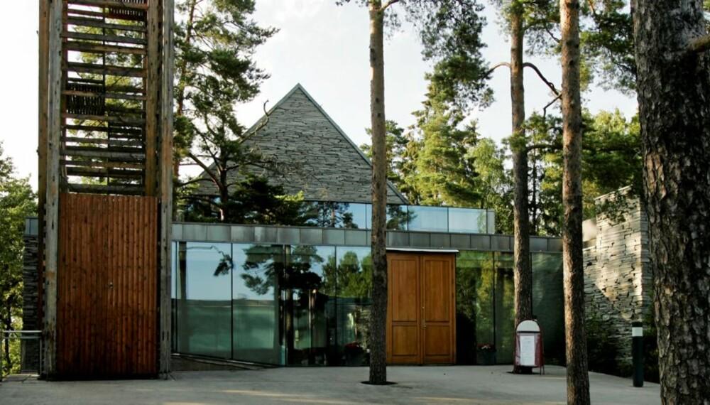 ÅPEN: Mortensrud kirke er bygget i glass, stål, tre og stein, med naturen som del av utsmykningen. Bygget har fått en rekke arkitekturpriser.