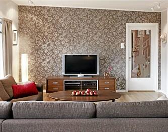 BLOMSTERVEGG. Tapet fra Marathon Design. Tv-en står der sofaen sto før. Skjenk fra Møbelringen.