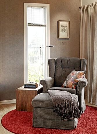 LESEKROK. Stoffet som Mariann har trukket om stolen med, hadde hun liggende fra et tidligere prosjekt. Rundt teppe og gardiner fra JAB, pute fra Åhlens.