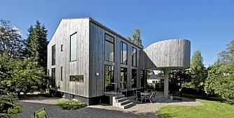 HAMSKIFTE. Det ordinære femtitallshuset fikk ny ospekledning, åpen innredning, store vinduer og spa på påle.
