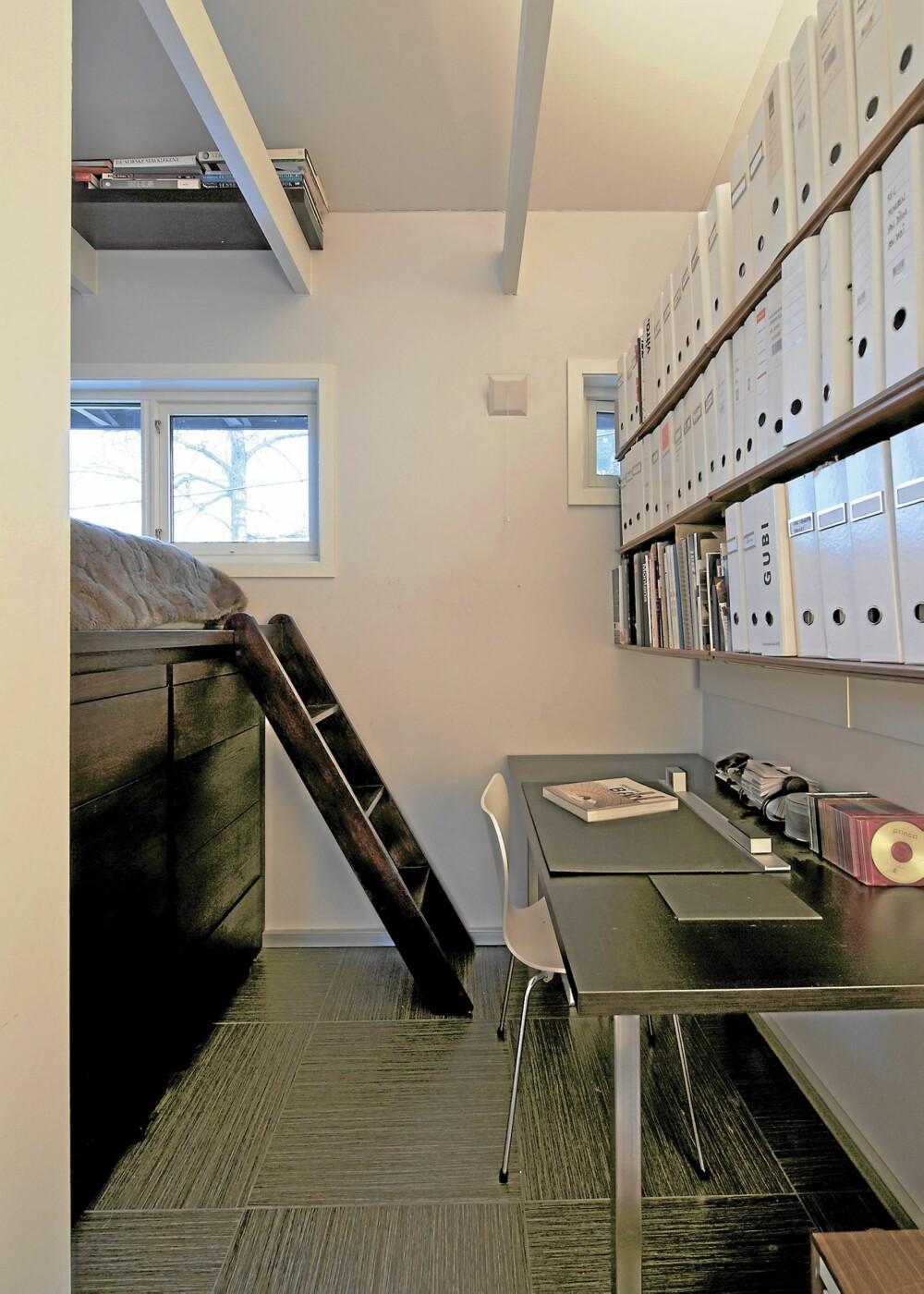 ALT I ETT: Alt i ett. Denne boligen er også et designstudio. Det krever logistikk og orden. Når klesskapene rulles ut, må arbeidsbenken under bokhyllen svinges litt fram.