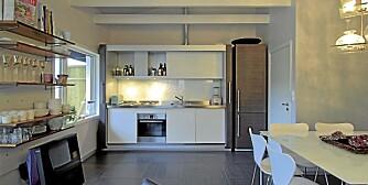 UNIK KJØKKENLØSNING: Kjøkken eller stue? Det bestemmes av hvorvidt de store foldedørene skyves foran kjøkkeninnredningen eller ei.