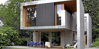 KUL KASSE:  Knut Hjeltnes la boligen under de høye trærne, innerst på en lang og smal tomt. Uteområdene foran huset ble disponert slik at de ble til en skjermet sone.