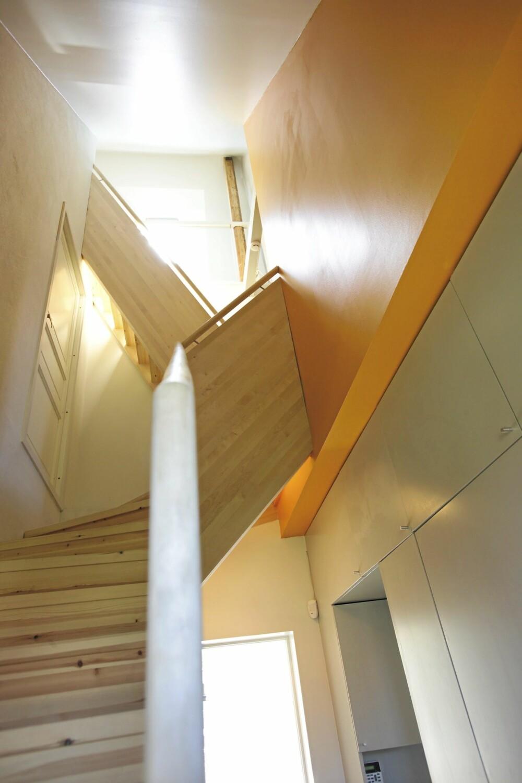 HIMMELHØYTt. Trappen står som et ni meter høyt skulpturelt volum. Den snor seg som en slange, flere ganger i den smale sonen mot det tilgensende huset.