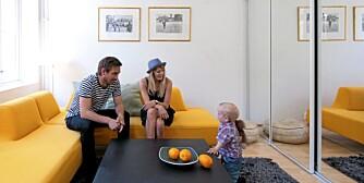 I EN SOFA FRA HJELLE: Den trendy småbarnsfamilien består foreløpig av Håkon, Sigrid og lille Syver.
