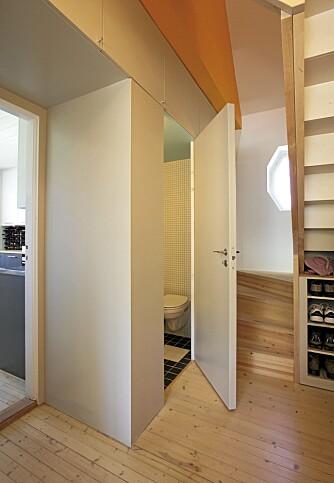 ROM UNDER TRAPPEN: Alle kroker i huset er benyttet, her er toalettet rett under trappen.