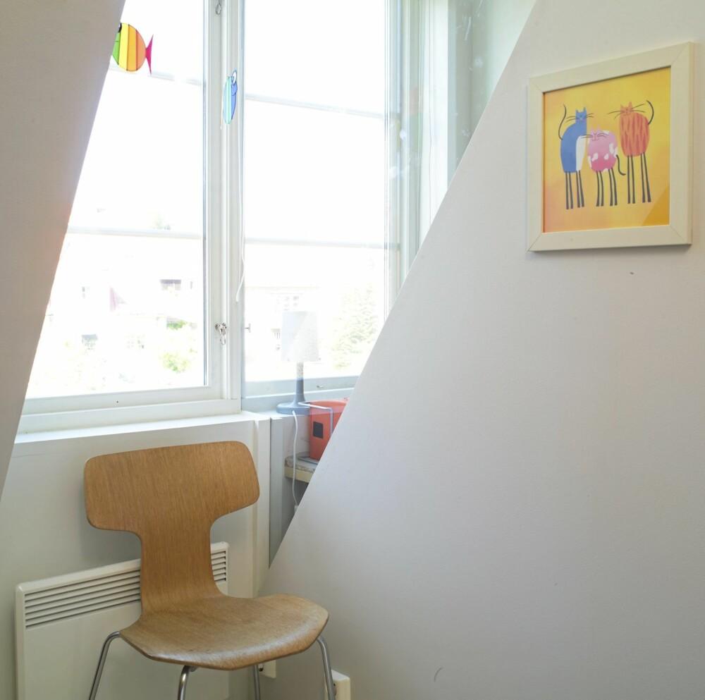 FIKS LØSNING MED DAGSLYS: Med en skrå glassvegg mellom barnerommene fikk begge rommene glede av dagslyset.