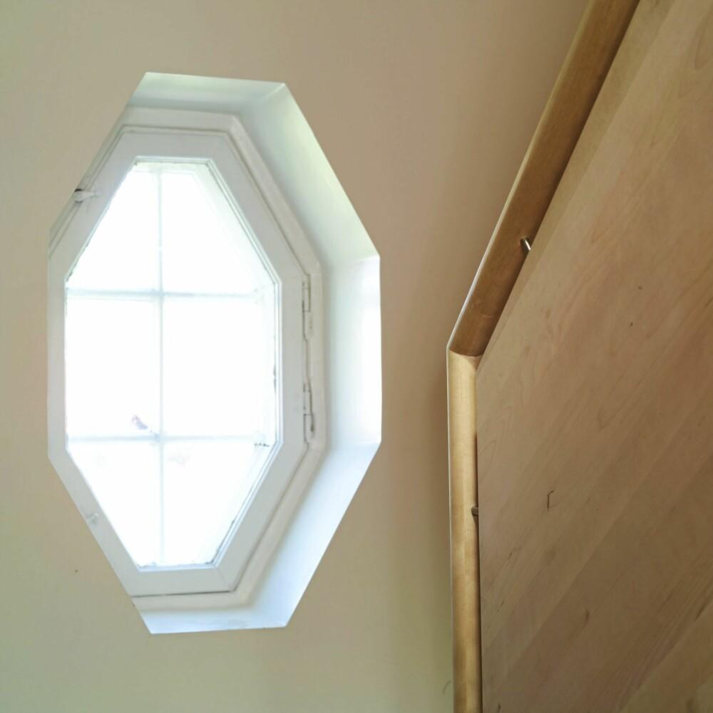ÅTTEKANTET VINDU: Den gamle, åttekantete vinduet er som et selvstendig designobjekt. Den nye trappen står i fint sampill til den gamle, ærverdige stilen.
