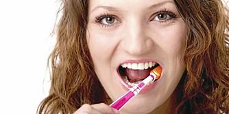 UHYGIENISK: Å pusse tennene med andre sin tannbørste er som å spise spyttet deres, sier sykepleier.