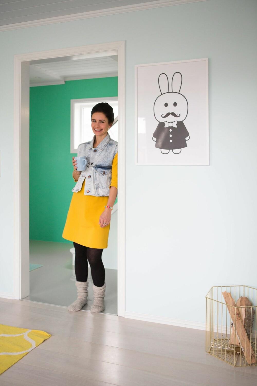 FARGEKRASJ: Julie elsker å overraske med friske farger og mønstre som ikke matcher. FOTO: Nadya Norskott