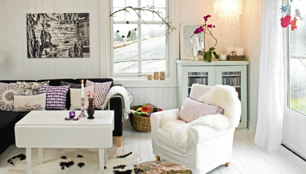 PERSONLIG INTERIØR: Gamle møbler som har blitt fornyet, personlige gjenstander og veggdekor er med på å skape et personlig interiør.