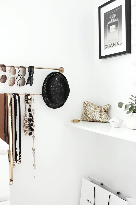 SMART OPPBEVARING: På spraylakkerte håndkleholdere fra Ikea henger solbriller, smykker og belter. På megaflis.no og elektroimportoren.no finner du også stenger.