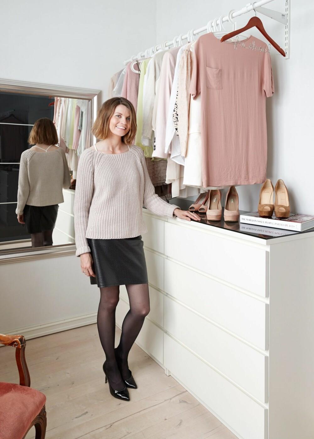 DELIKAT OG DUST: Madeleine Strand henger noen av klærne sine på en garderobestang.Hun skifter gjerne ut etter sesong.