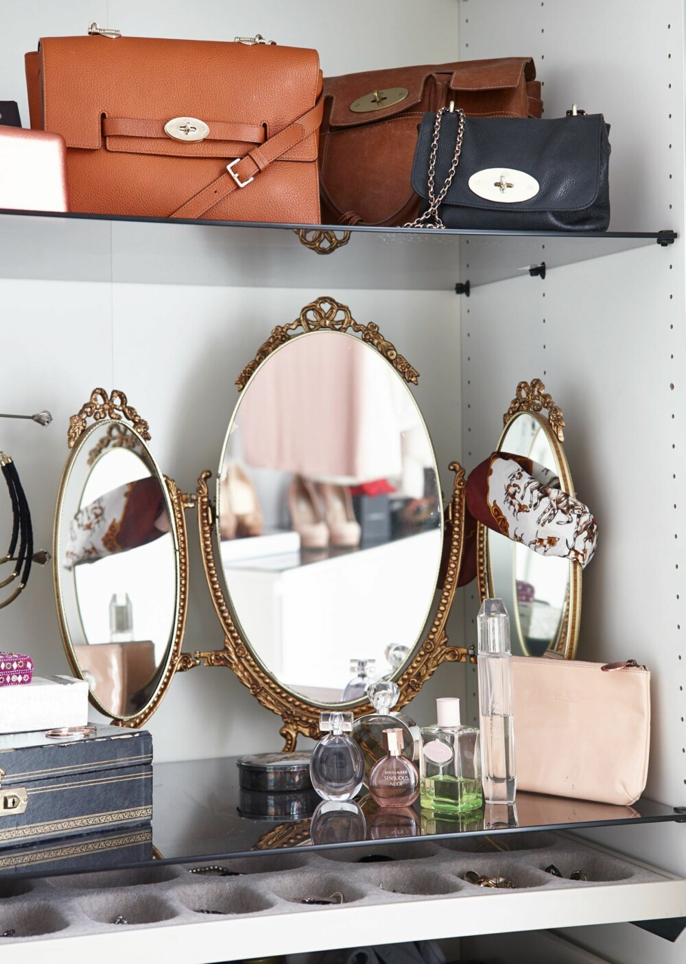 ARVEGODS: Det gamle speilet i skapet er arvet.