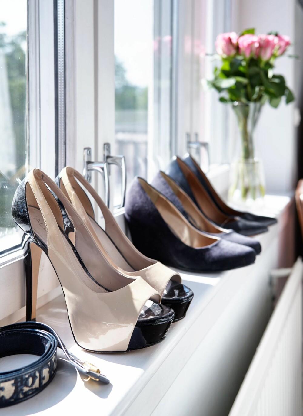 PÅ UTSTILLING: I vinduskarmen har fine sko fått plass.