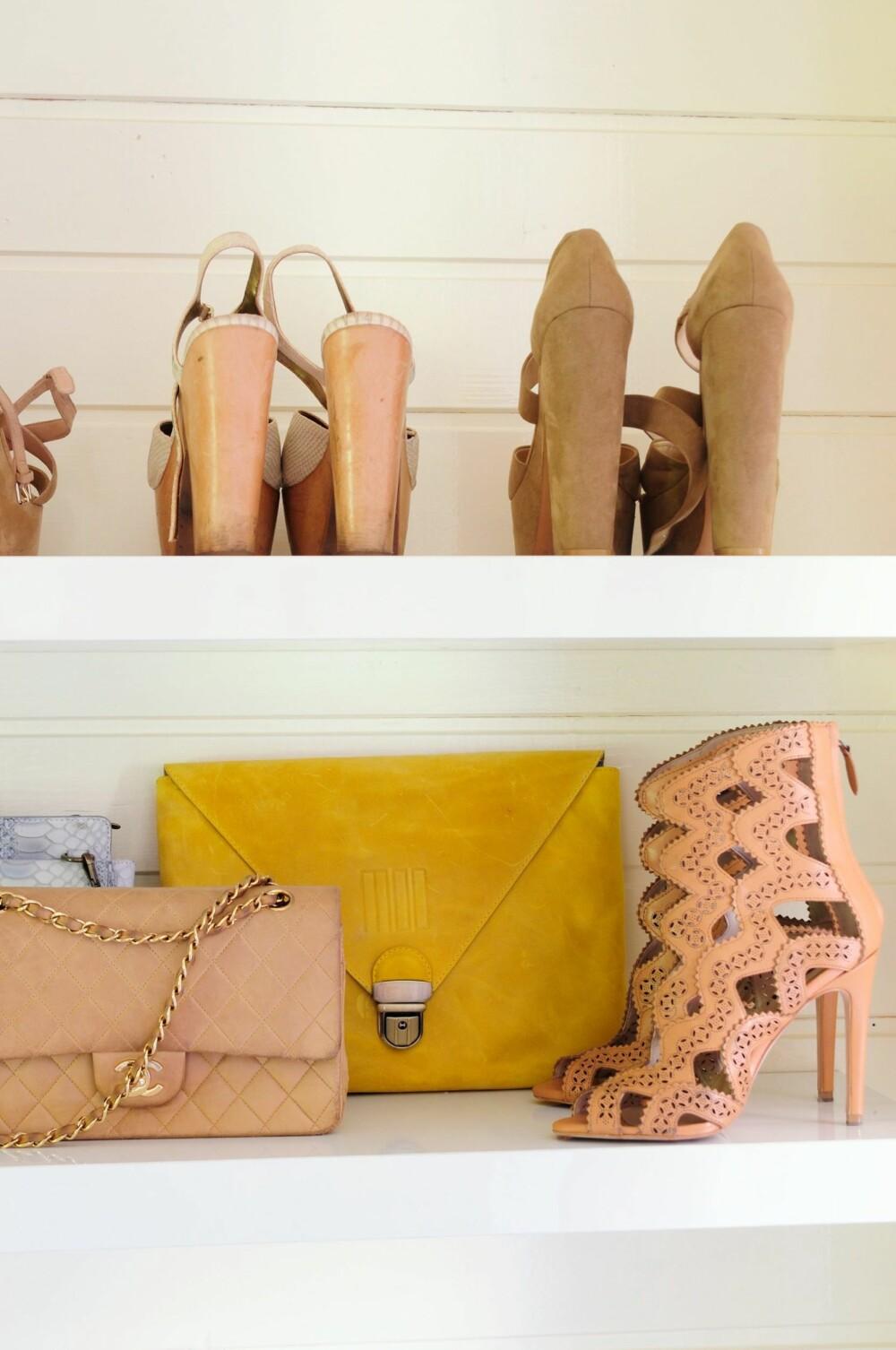 FULL KONTROLL: På hyller har sko og vesker fått plass.