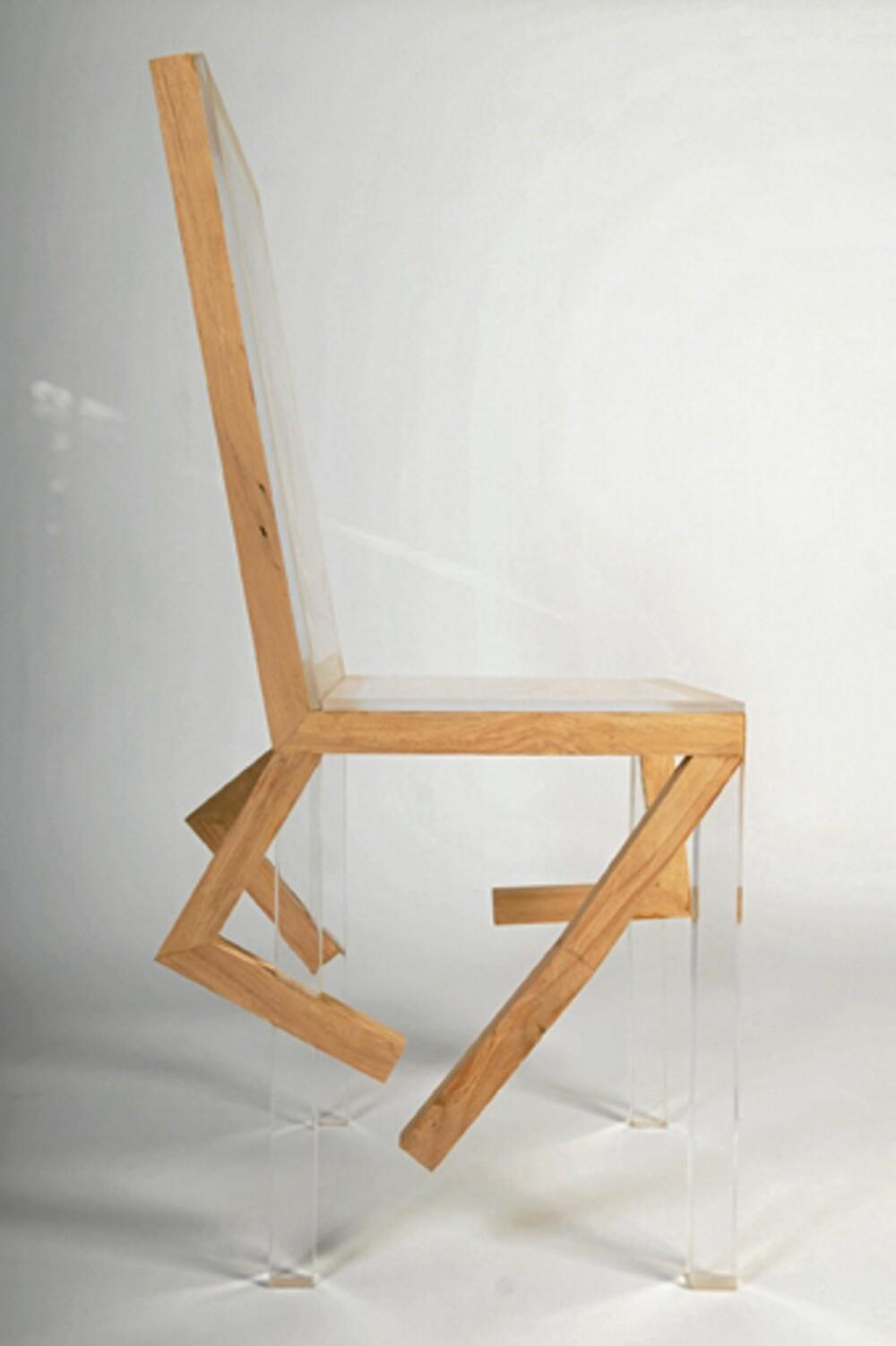 LØPESTOL: Designeren Mike Kanns spreke stoler ser ut som de løper av gårde, de er lagd av pleksi og tre, studio801.co.uk