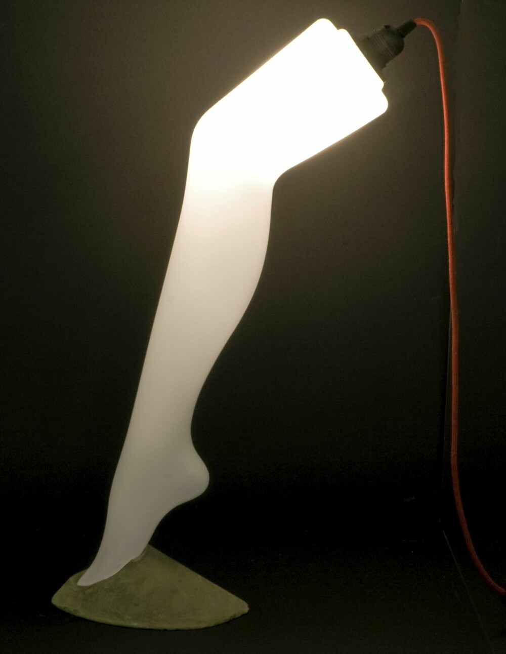 OPPLYST: Lysende damebein fra Show&Tell, showandtelldesign.com