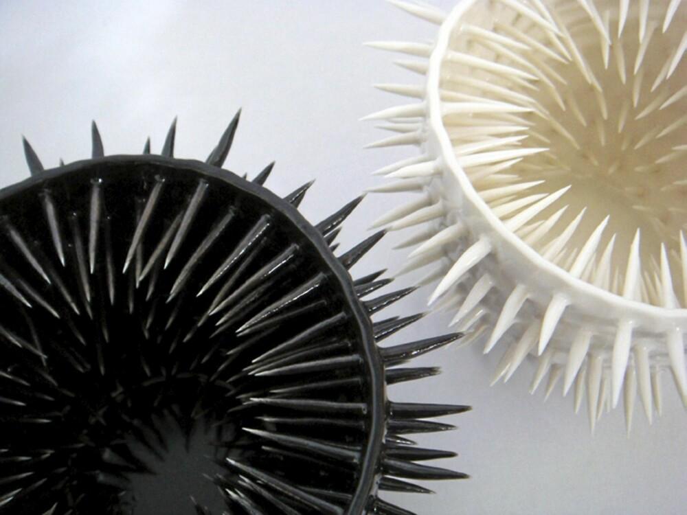 KRÅKEBOLLER: Keramikkskålene minner om kråkeboller, de er designet av IKUKO, ikukoi.co.uk