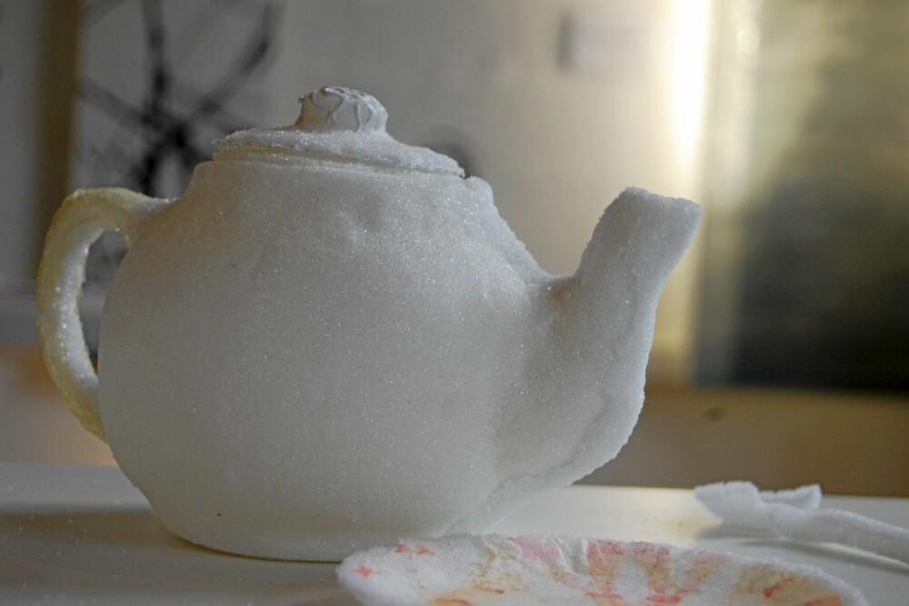 SPISELIG: Designeren Yuann Shen dekket bordet med servise lagd av sukker. Hun brukte ulike spiselige produkter og rester til flere av sine ting, yuannshen.com
