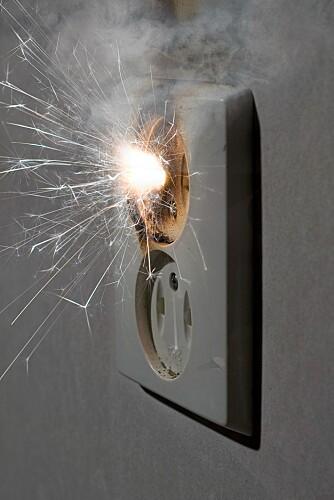 KONTROLL: Det er viktig å få gjennomført jevnlige kontroller av det elektriske anlegget, slik at tilfeller som dette unngås.