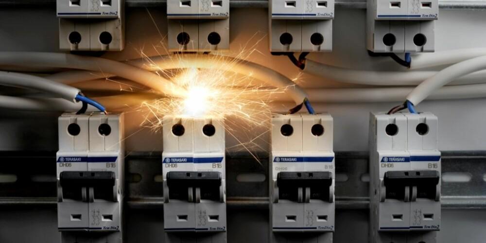 BRANNÅRSAK: Feil i det elektriske anlegget står for nesten 25 prosent av brannårsakene i norske hjem.