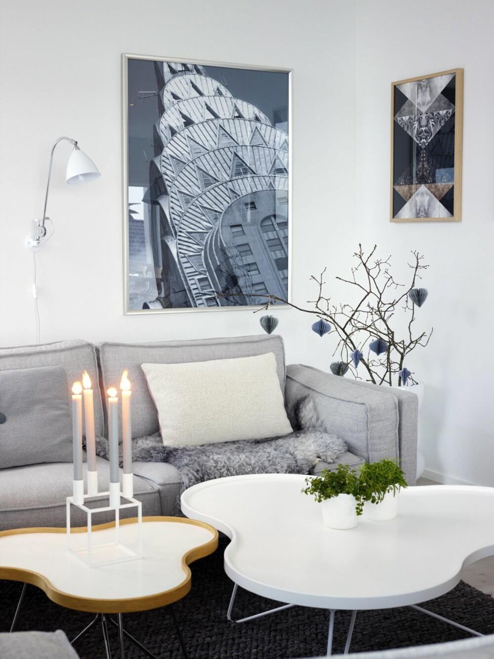MYKT HJØRNE: Flower-bordenes runde former bryter pent med de rette linjene i huset. Lysestake fra By Lassen. På veggen henger et utsnitt av Chrysler Building på Manhattan, kjøpt i New York. Sofaen er Altero, fra Ire.