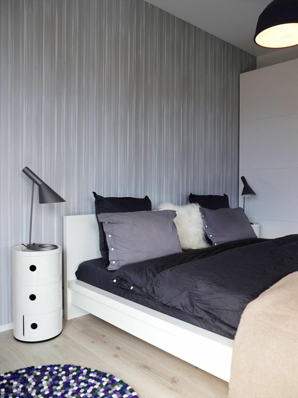 GJENNOMFØRT: Janne og Sven Aksels soverom går også i hvitt og grått, med anslag av lilla i teppet for å skape spenning. AJ-leselamper og nattbord Componibili fra Kartell. Sengetøyet er fra Himla.