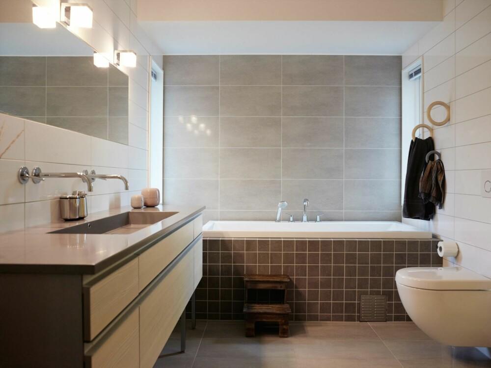 LUNT: Baderomsinnredningen er fra Kvik, med Kuma vask, som er enkel å holde ren. Flisene er fra Flisekompaniet. En rustikk krakk fra Home & Cottage, gir den stramme stilen et mykt løft.