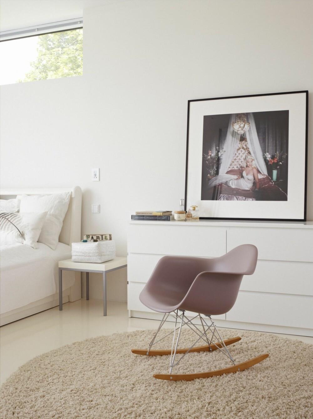 OMTENKSOM GAVE: Eames-gyngestolen er en gave fra Hans-Albert til Ingelin. På sengen ligger en fjærpute fra Bolina. På nattbordet står en hvit kurv fra Milla boutique. Fotografiet på kommoden er fra Christian's. Styling: Tone Kroken.