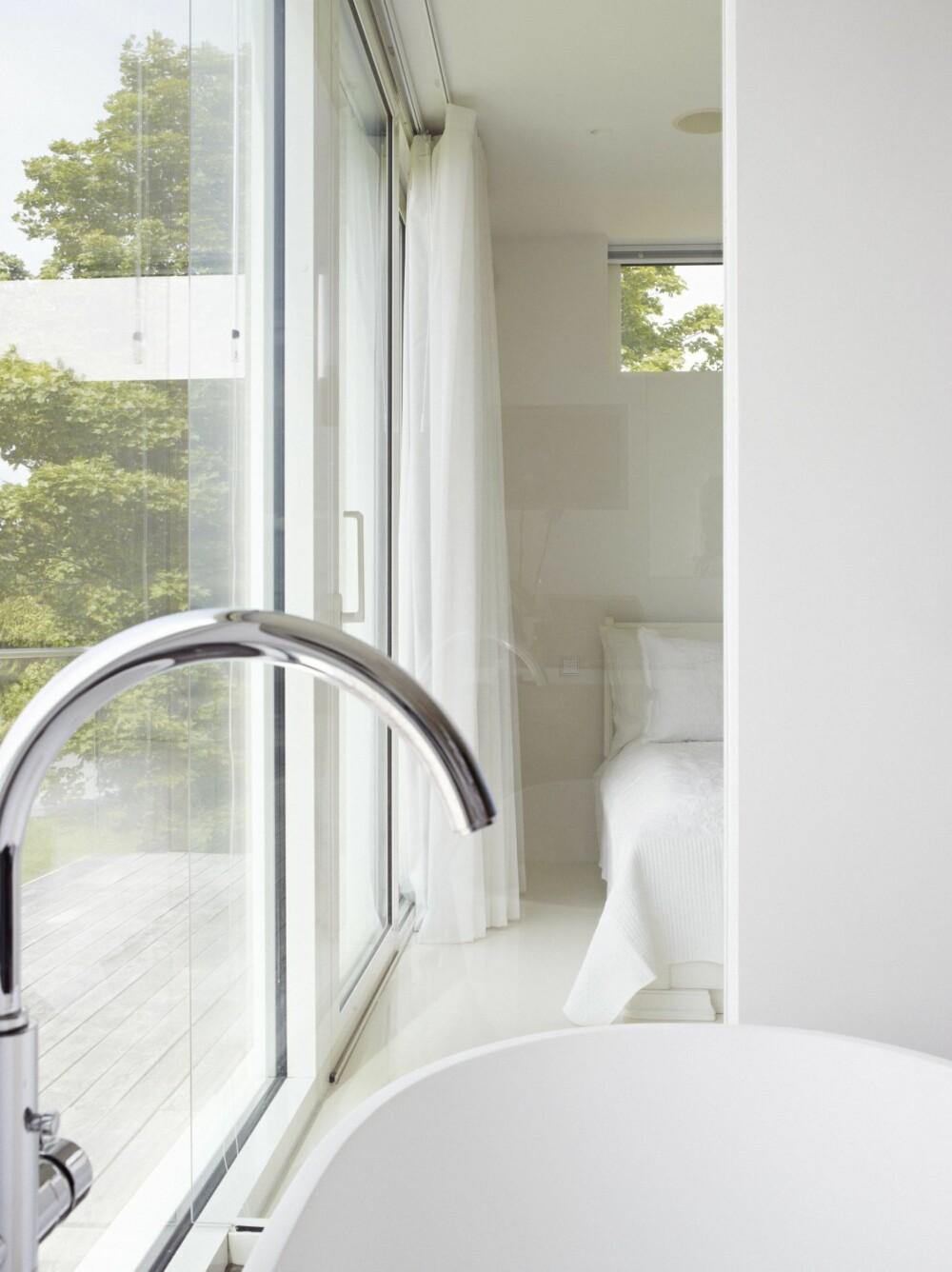 SKILLEVEGG I GLASS: For å få mer lys inn på det relativt lille hovedsoverommet, er en del av veggen som skiller bad og soverom i glass.